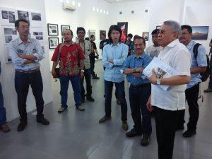 Prof. Soeprapto Soedjono selaku Dewan Pembina MFI berbincang-bincang dengan para pengurus MFI, setelah melihat pameran di ruang Galeri Seni FSMR