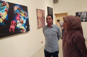 Dra. Watie Moerany, M.Hum., didampingi Greg. Arya D., M.Sn. kurator Galeri ISI Yogyakarta meninjau pameran