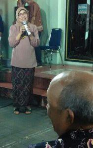 Dra. Watie Moerany, M.Hum., Direktur Pengembangan Seni Rupa Kementerian Pariwisata memberikan sambutan sebelum membuka pameran