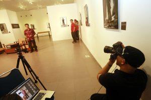 Roy Genggam memotret on location dengan model Rektor ISI Yogyakarta Dr. M. Agus Burhan