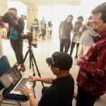 Dr. M Agus Burhan, Rektor ISI Yogyakarta melihat hasil pemotretan on location Roy Genggam