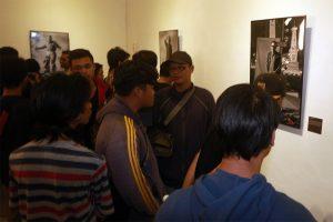 Pengunjung pembukaan pameran menikmati karya-karya Roy Genggam.